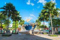 新加坡- 1月13日游人和为在普遍性前面的主题乐园访客大转动的地球喷泉照相 库存图片