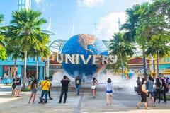 新加坡- 1月13日游人和为在普遍性前面的主题乐园访客大转动的地球喷泉照相 免版税库存照片