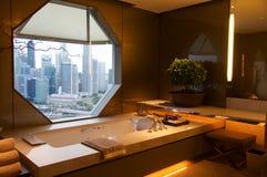 新加坡- 2016年7月23日, :有现代内部的,美丽的大卫生间大理石豪华旅馆室 免版税库存图片