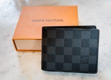 新加坡- 2016年9月11日:路易威登钱包身分 路易威登是豪华设计师品牌 免版税库存图片