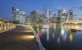新加坡- 2016年12月14日:高和现代摩天大楼在公共汽车上 图库摄影