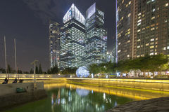 新加坡- 2016年12月14日:高和现代摩天大楼在公共汽车上 库存图片