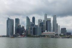 新加坡- 2016年12月14日:高和现代摩天大楼在公共汽车上 免版税库存照片