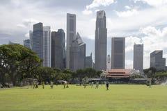 新加坡- 2016年12月14日:高和现代摩天大楼在公共汽车上 免版税图库摄影