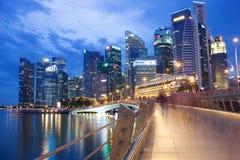 新加坡- 2016年12月14日:高和现代摩天大楼在公共汽车上 免版税库存图片