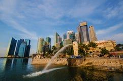 新加坡-6月6日:Merlion公园在与日出场面的黎明 免版税库存图片