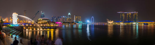新加坡- 2014年10月18日:Merlion公园的全景 小游艇船坞海湾在新加坡铺沙2014年10月18日的旅馆 Merlion是imag 免版税库存照片