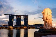 新加坡- 2016年11月23日:Merlion雕象剪影在M的 库存图片