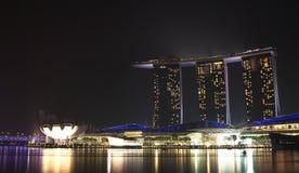 新加坡- 10月12日2015年:小游艇船坞海湾主要看法在背景夜铺沙旅馆 库存图片