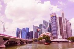 新加坡- 4月14,2018 :事务和银行大厦河前面的和接近小游艇船坞海湾在新加坡 免版税库存图片