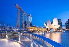 新加坡- 7月10 :小游艇船坞海湾铺沙旅馆,艺术科技馆,在2013年7月10日的螺旋桥梁 库存照片