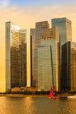 新加坡- 4月15 :新加坡市地平线和小游艇船坞在A咆哮 免版税库存图片
