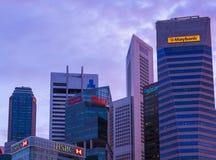 新加坡- 4月15 :新加坡市地平线和小游艇船坞在A咆哮 免版税图库摄影