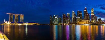 新加坡- 4月15 :新加坡市地平线和小游艇船坞在A咆哮 免版税库存照片