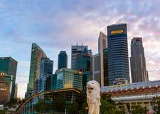 新加坡- 4月15 :新加坡市地平线和小游艇船坞在A咆哮 库存图片