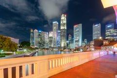 新加坡6月16,2016 :新加坡市地平线在晚上 免版税库存照片