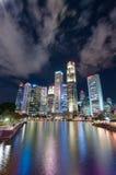 新加坡6月16,2016 :新加坡市地平线在晚上 库存图片
