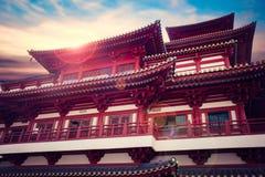 新加坡- 4月14,2018:菩萨牙遗物寺庙和博物馆外,这是中国风格建筑学和火光在tem屋顶  库存照片