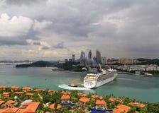 在新加坡附近的巡航划线员 免版税库存图片