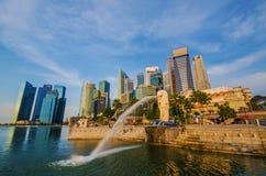 新加坡- 6月6 :Merlion公园在与日出场面的黎明 免版税库存图片