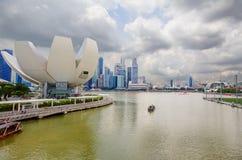 新加坡 科学和艺术博物馆  小珠靠岸的 城市克里姆林宫横向晚上被反射的河 免版税库存照片