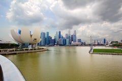 新加坡 科学和艺术博物馆  小珠靠岸的 城市克里姆林宫横向晚上被反射的河 库存图片