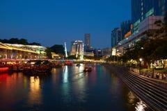 新加坡`s Clarke奎伊在晚上 免版税库存照片