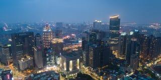 新北市地平线鸟瞰图在晚上-亚洲现代企业城市 免版税库存图片