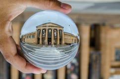 新南威尔斯摄影美术画廊老历史建筑在清楚的水晶玻璃球的与左男性手藏品 库存照片