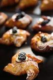 新卷甜漩涡小圆面包用黑莓 免版税库存照片