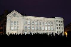 新古典主义的大厦在里加在晚上 免版税库存照片