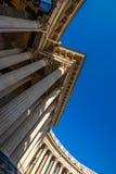新古典主义的被环绕的柱廊 免版税库存照片