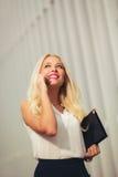 新可爱的白肤金发的女商人 免版税库存照片