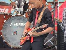 新吉他演奏员 免版税库存照片