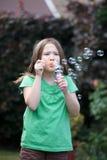 新吹的泡影的女孩 库存图片