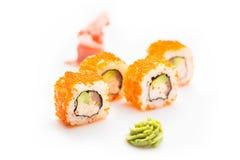 新和开胃寿司卷用鲕梨虾和费城乳酪 查出 背景卷寿司白色 库存图片