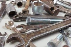 新和老金属工具和零件修理的机械特写镜头 免版税图库摄影