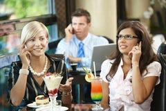 新咖啡馆的妇女 免版税图库摄影