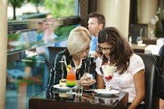 新咖啡馆的妇女 库存照片
