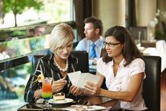 新咖啡馆的妇女 免版税库存图片