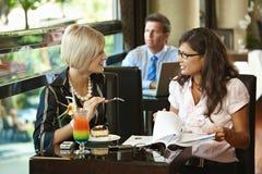 新咖啡馆的妇女 免版税库存照片