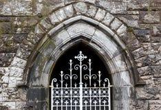 新哥特式被成拱形的窗口 免版税库存照片