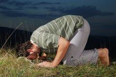 新回教人在草甸日落时间祈祷 免版税库存图片