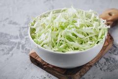 新圆白菜裁减 在碗的切的圆白菜 库存图片