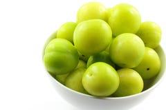 新土耳其语能艾瑞克在一个小白色碗的李子果子 库存照片