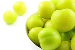 新土耳其语能艾瑞克在一个小白色碗的李子果子 库存图片