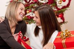 新圣诞节前结构树二的妇女 免版税库存图片
