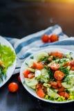 新在黑背景的春天菜沙拉,特写镜头 免版税库存照片