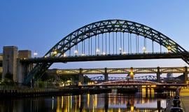 新堡的桥梁在晚上 免版税库存照片
