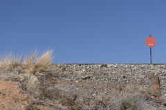 新墨西哥在土坎的铁轨与红色标志和天空蔚蓝 免版税图库摄影